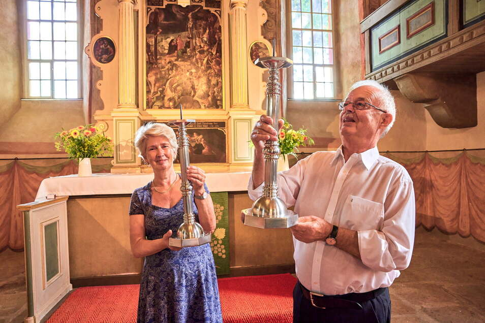 Wolfgang Grahl und seine Frau Sylvia spenden der Kirche in Liebethal zwei hohe Altarleuchter.