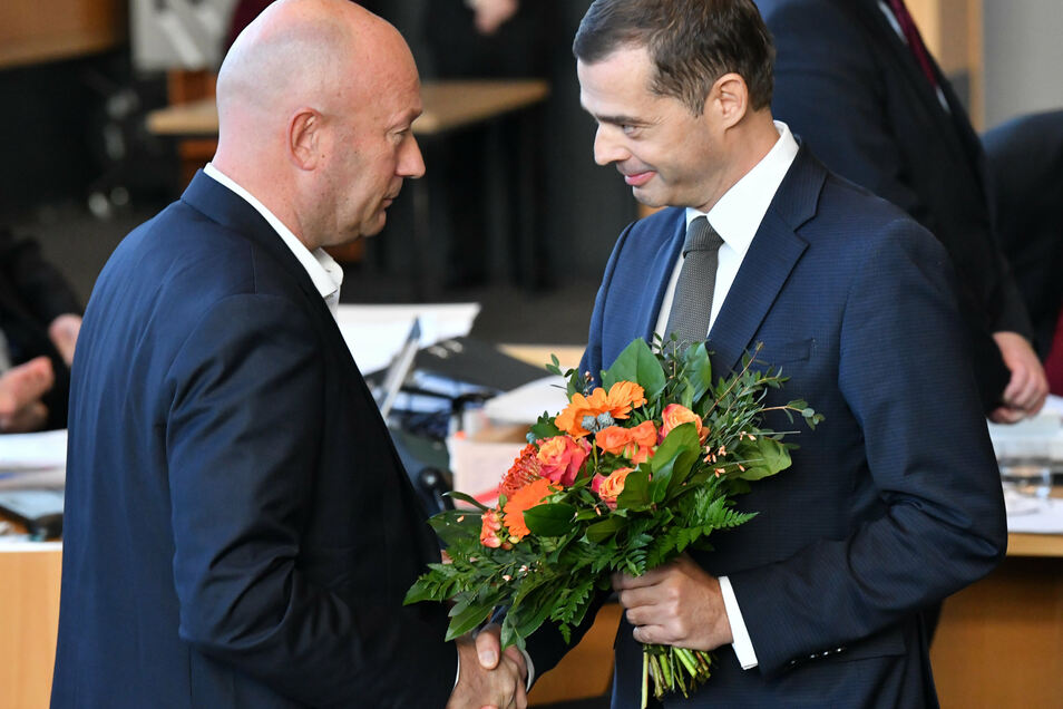 05.02.2020, Erfurt: Mike Mohring, (r) CDU-Fraktionschef gratuliert Thomas Kemmerich (l, FDP), zur Wahl als Thüringer Ministerpräsident.