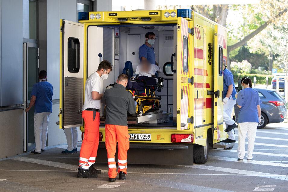 Der Corona-Patient aus Frankreich verlässt am Mittwoch das Universitätsklinikum Dresden.