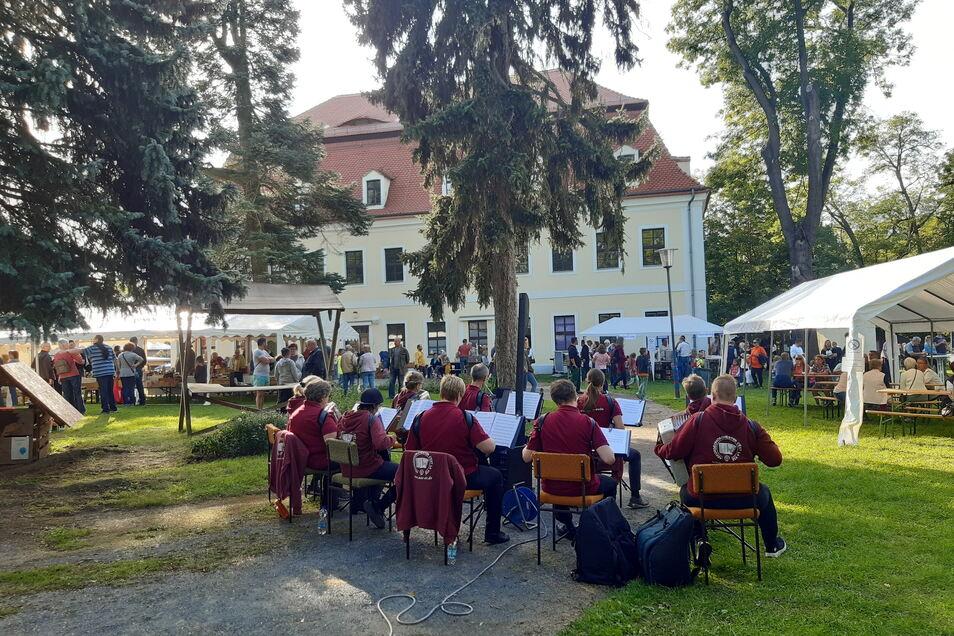 """Rund 700 Besucher zählte die Veranstaltung auf der Freizeitinsel. Tagsüber sorgte das Akkordeonorchester """"C'est la vie"""" für musikalische Untermalung."""