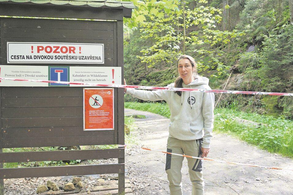 Dana Vébrová vom Nationalpark Böhmische Schweiz am Zugang zur Wilden Klamm durch den Soorgrund. Dieser Weg ist wegen Baumbruchs gesperrt.