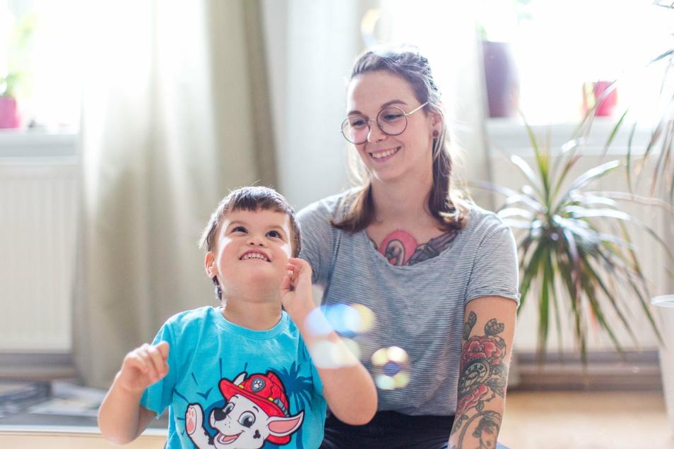 Ivonne Mattiza mit ihrem Sohn Finn. Das Kind braucht jeden Tag weitaus mehr Hilfe und Betreuung als seine Altersgefährten: Finn hat ein Gendefekt und ist Autist.