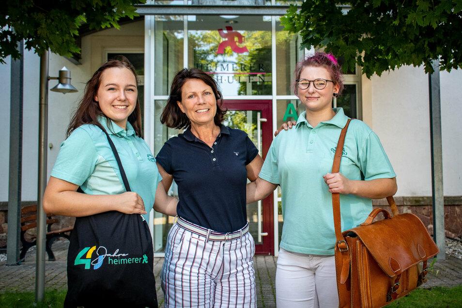 Janine Lehmann (links) und Sisi Lechel (rechts) absolvieren bei Kathrin Langhof (Mitte) von Pflege zu Hause ihre Ausbildung zur Pflegefachfrau.