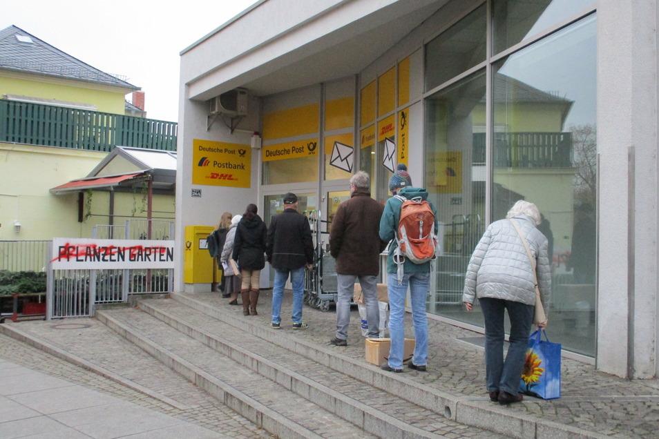 Vor der Post stehen die Menschen an. Viele wollen Pakete aufgeben, darunter oft Rücksendungen von Waren aus Online-Shops.