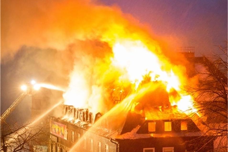 Der Dachstuhl stand komplett in Flammen.