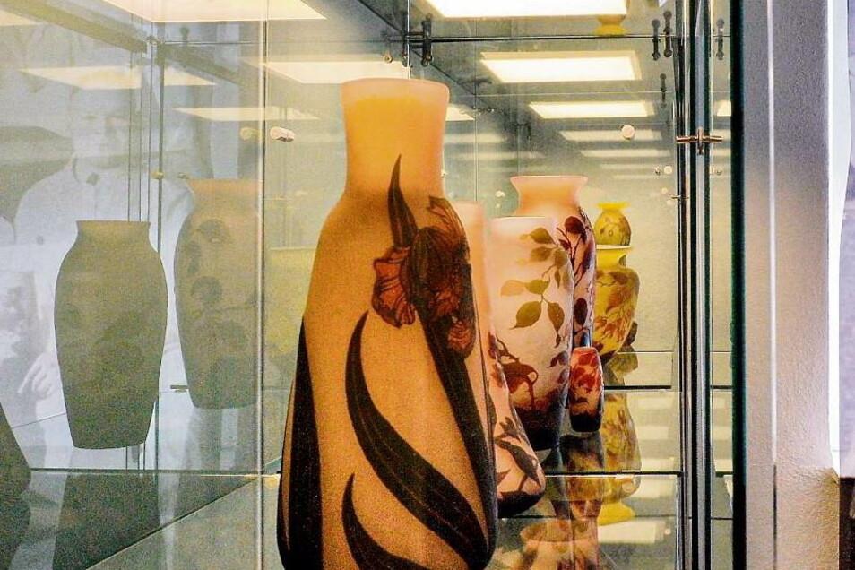 Glasmuseum Weißwasser: Eine Aura umgibt die Arsall-Vasen vor dem neuen grünen Hintergrund.