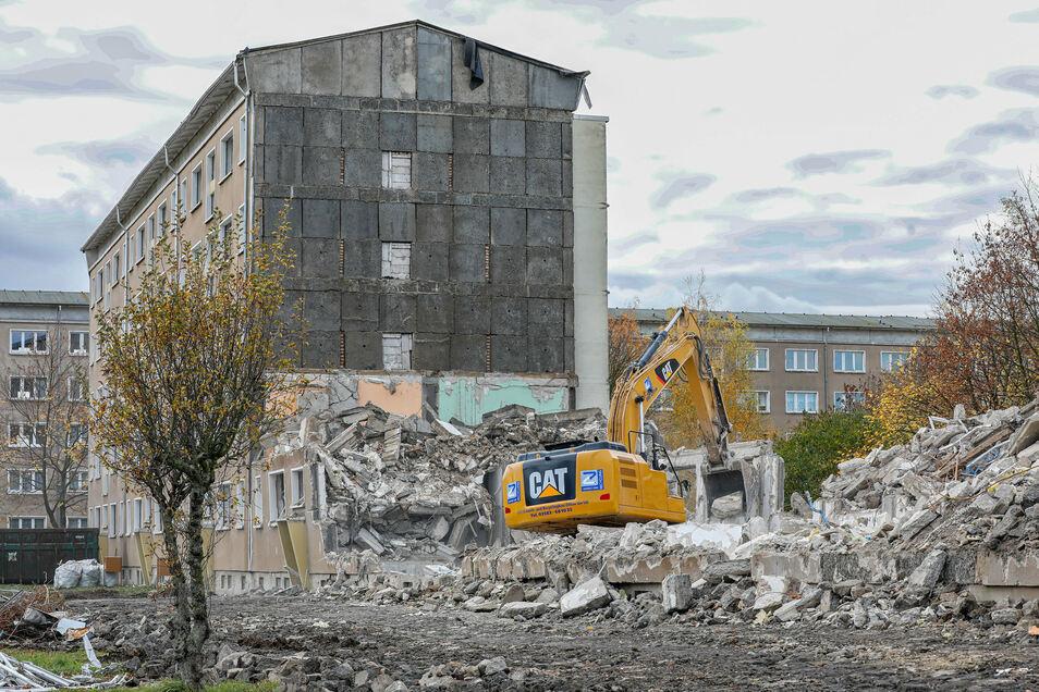 Der Abriss des Wohnblocks in der Straße der Freundschaft in Zittau-Ost ist nahezu abgeschlossen.