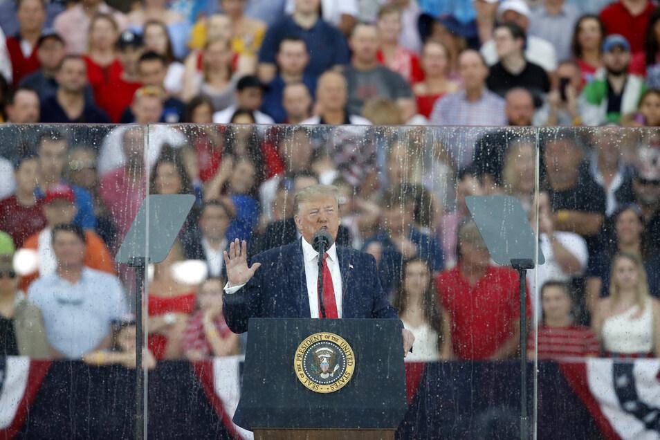 Während der Feierlichkeiten zum Unabhängigkeitstag spricht US-Präsident Donald Trump vor dem Lincoln Memorial.