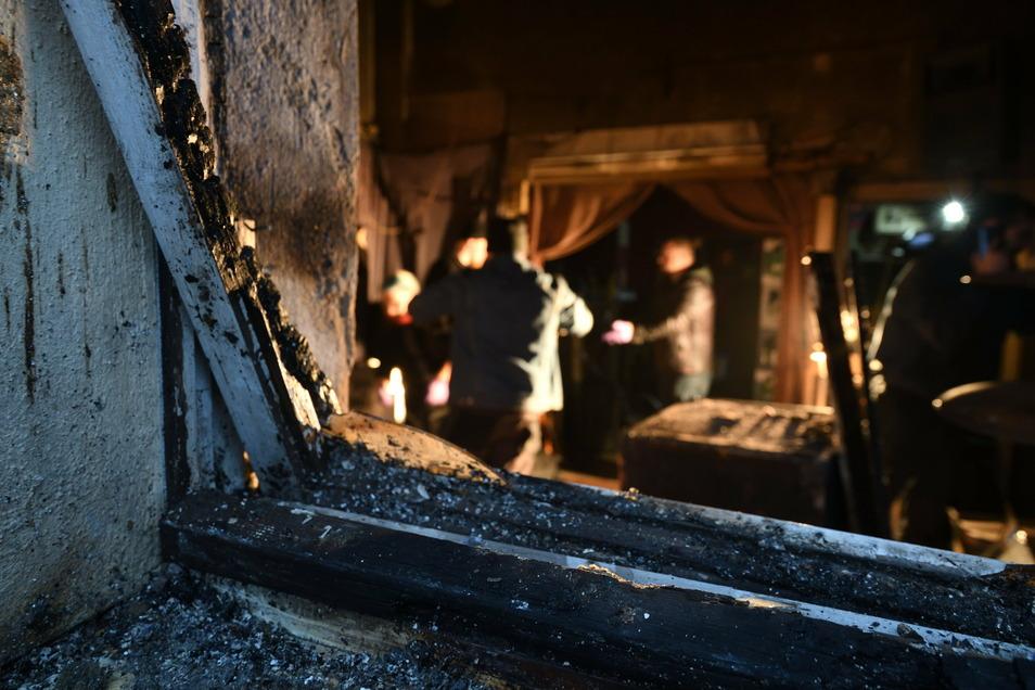 Von diesem Fenster aus, das mit Holz und Dämmwolle verschlossen war, breitete sich der Brand im Proberaum aus.