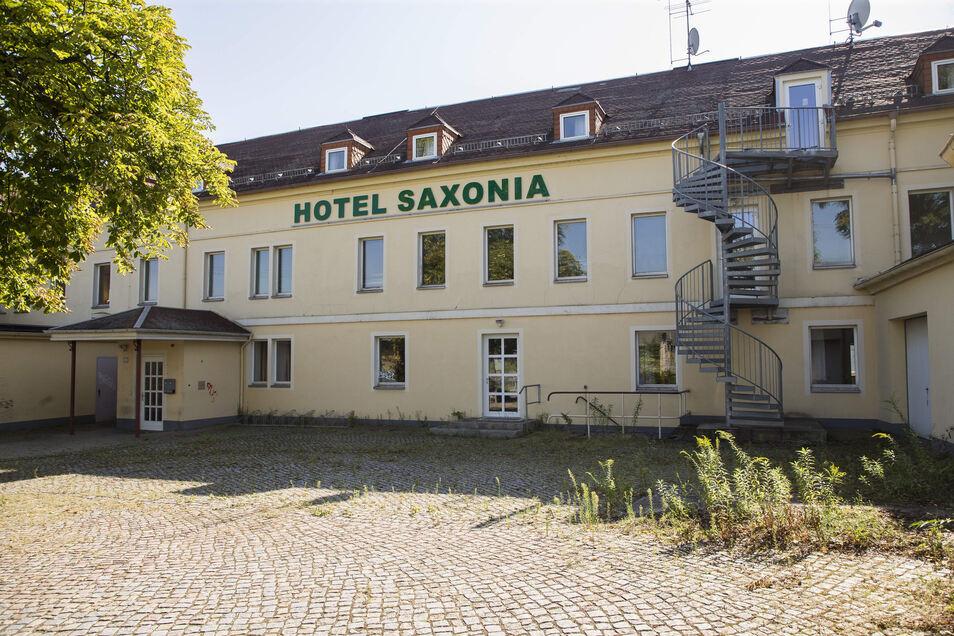 """Hier wohnt derzeit niemand, das ist dem Hotel Saxonia anzusehen. Gleichzeitig wird das Haus  aber schon beim Buchungsportal booking.com angeboten. Dort heißt es """"Hotel Eulenspiegel"""" – in das sich das Haus aber nur per Fotomontage verwandelt hat."""