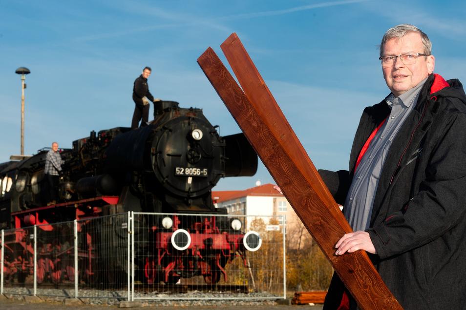 Heinrich Schleppers freut sich über neue Bohlen, die Hentschke-Bau für den Führerstand der Bautzener Dampflok sponserte. Auf der Lok sehen Hans Besser (oben) und Andreas Schöne von den Ostsächsischen Eisenbahnfreunden nach dem Rechten.