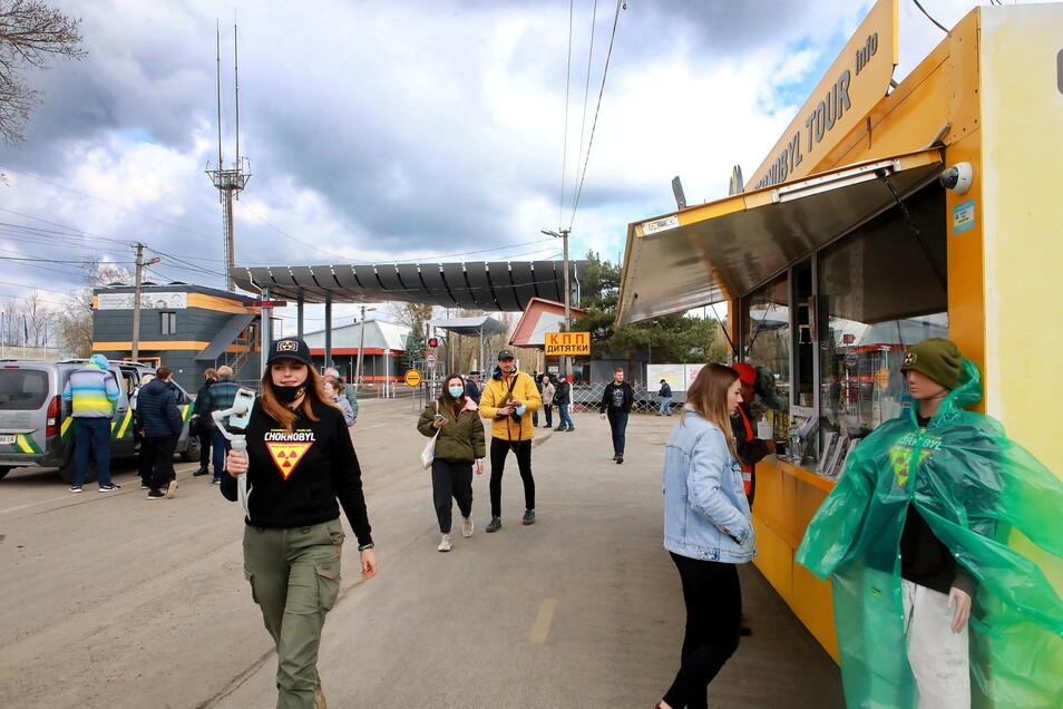 Ukraine, Tschernobyl: Touristen stehen am Checkpoint Dytjatky vor dem Eingang der Tschernobyl Sperrzone in der Nordukraine.