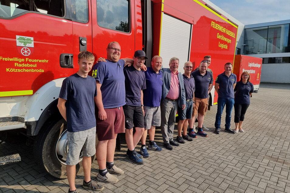 Die Fluthelfer der Radebeuler Feuerwehr kurz nach der Ankunft mit dem Stadtoberhaupt auf dem Gelände der Wache in Kötzschenbroda.
