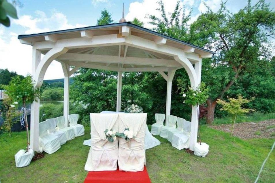 Und auch im Freien kann geheiratet werden. Zum Beispiel in der Scheune am See in Sohland. Bei der Trauung im Saal können bis zu 100 Personen dabei sein. Je nachdem, ob das Paar dann auch dort feiert, kostet die Miete 240 bis 300 Euro.