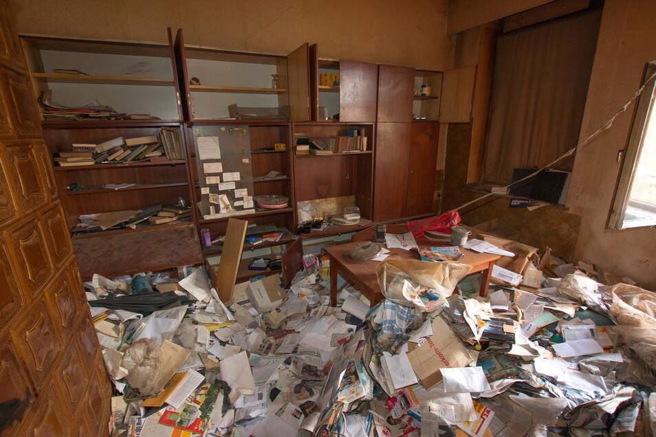 Über mehrere Etagen zeigte sich nach dem Kauf das selbe Bild: Müll in vielen Wohnungen und Fluren.
