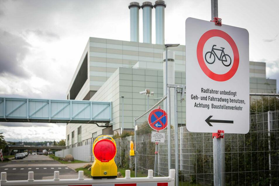 Mit Bauzäunen ist die Fabrikstraße am Kraftwerk Mitte abgesperrt. Das soll sich nun ändern.