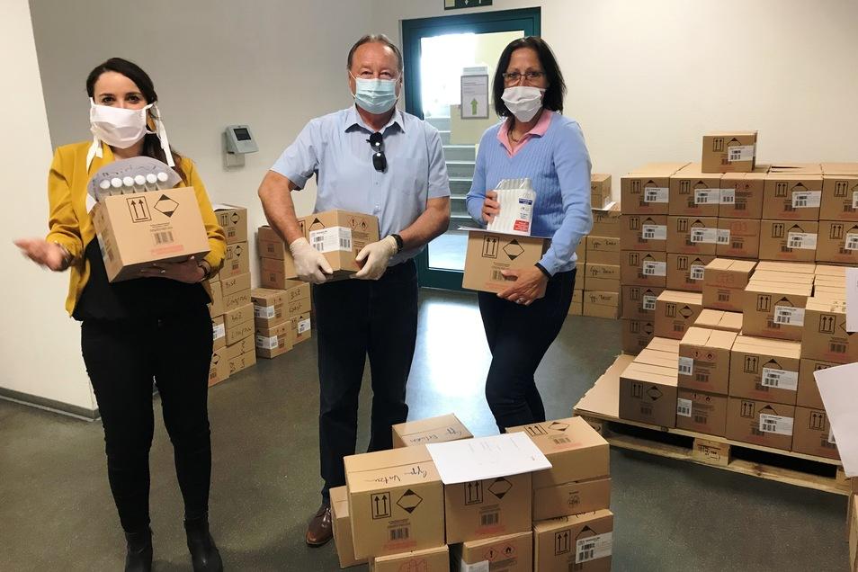 Beim Landesamt für Schule und Bildung in Dresden sind am Freitag Mundschutz und Desinfektionsmittel an die Schulleiter verteilt worden.