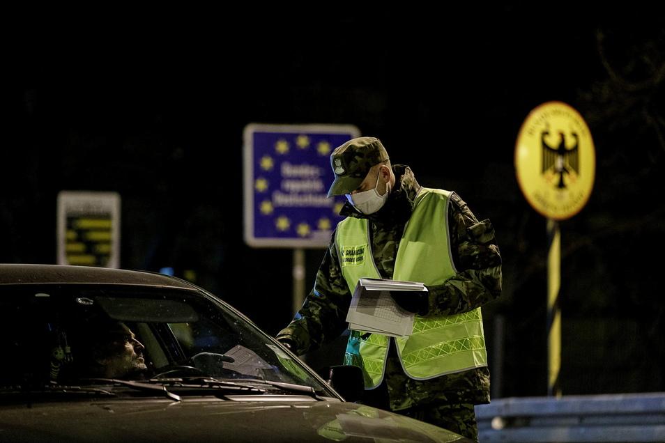Ab Freitag soll es wieder Grenzkontrollen geben, die Einreise nur noch mit Negativ-Test möglich sein.