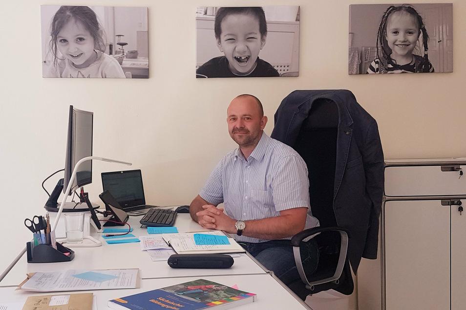 """Ronny Mildner ist der sächsische Regionalchef der Stiftung """"Pro Gemeinsinn"""", die sich gerade in Kamenz niedergelassen hat. Im ehemaligen Blumenladen an der Zwingerstraße hat sie ein Büro angemietet."""