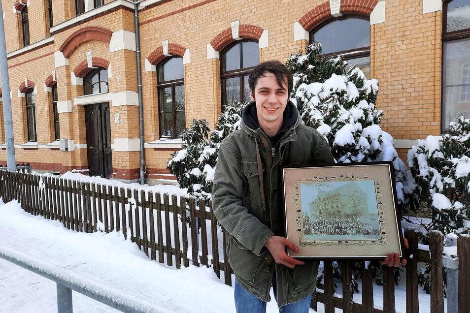 Martin Herzog ist der neue Ortschronist von Oßling. In der Hand hält er eines der ersten Schulfotos vom Ort.