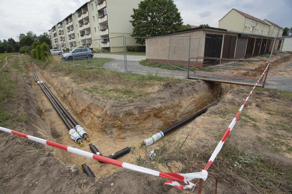 Die neue Fernwärmeleitung für den kleinen Wohnblockstandort an der Jan-Skala-Straße in Kamenz gehen zügig voran. Der Garagenkomplex (rechts im Bild) kann derzeit nicht genutzt werden. Die Anwohner wissen Bescheid.