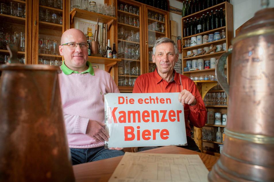 Eckhard Göbel (r.) war jahrzehntelang als Braumeister in der Kamenzer Brauerei tätig. Zusammen mit Bier-Fan Axel Schneider will er zur 800-Jahrfeier der Stadt  2025 noch einmal ein Kamenzer Pils brauen.