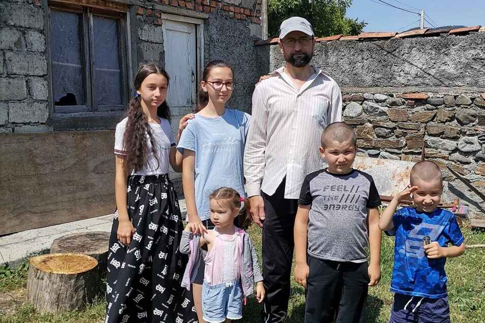 Die Familie Pareulidze-Gardasvili vor dem Haus ihrer Großeltern im georgischen Dorf Birkiani.