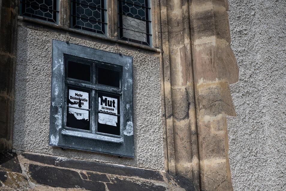 """Die Installation """"Das Fenster"""" an der Frauenkrirche. Geplant ist ein begleitende Ausstellung im Oktober zum Thema Plakate zur Friedlichen Revolution."""