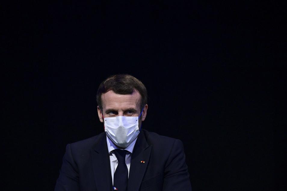 Frankreichs Präsident Macron hat sich mit dem Coronavirus infiziert. Nach Krankheitssymptomen habe man einen Test gemacht - und dieser sei positiv ausgefallen.