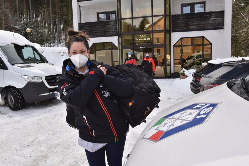 Die kanadische Physiotherapeutin Diana Moulden bezieht gerade Quartier im Hotel Ladenmühle. Ihr Gepäck ist nicht ganz so umfangreich, wie das der Bob-Fahrer.