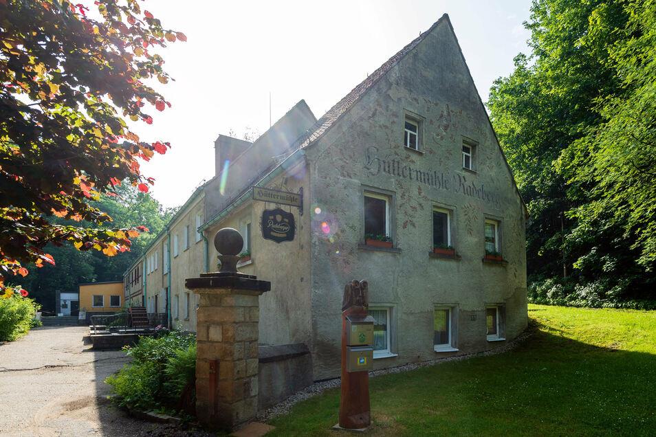 Vor zehn Jahren schloss die Gaststätte in der Hüttermühle in Radeberg. Jetzt verkauft die Stadt die Immobilie.