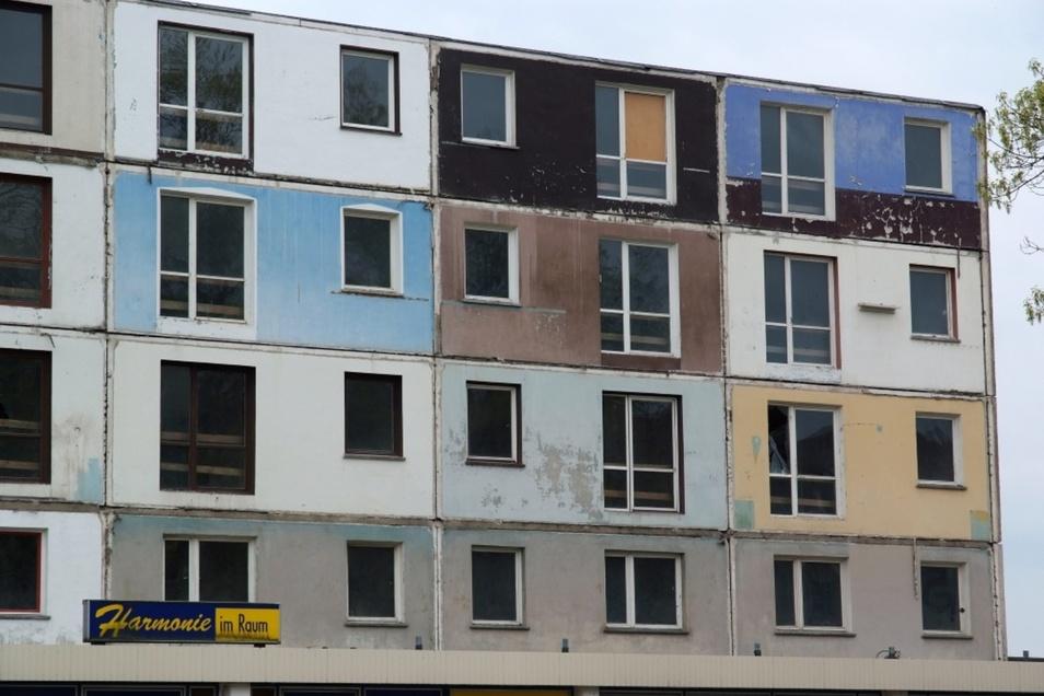 2013: Aus solchen individuellen Balkon-Bemalungen haben die Vermieter gelernt. So sah es einst in der Mann-Straße 1-6 aus. Jetzt hat er neue Balkons. Bemalen ist verboten.