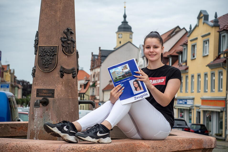 """Susanne Proft auf dem Markt ihrer Heimatstadt Nossen mit ihrem Zeugnis. Die 17-Jährige hat an der Oberschule in Döbeln im Profil """"Produktives Lernen"""" ihren Abschluss gemacht und wird jetzt eine Lehre als Fachlageristin bei Rewe beginnen."""