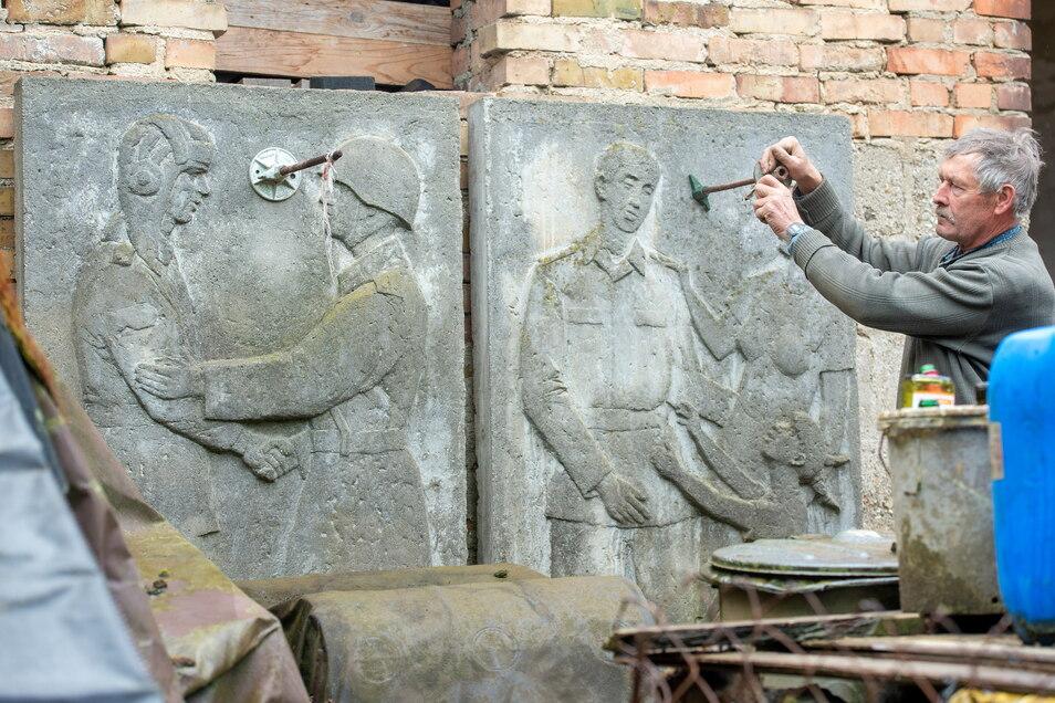 Hans-Jürgen Lakos aus Weißig a.R. hat die äußeren Teile des Panzerdenkmals vom Großenhainer Offizierskasino in seinem Grundstück.