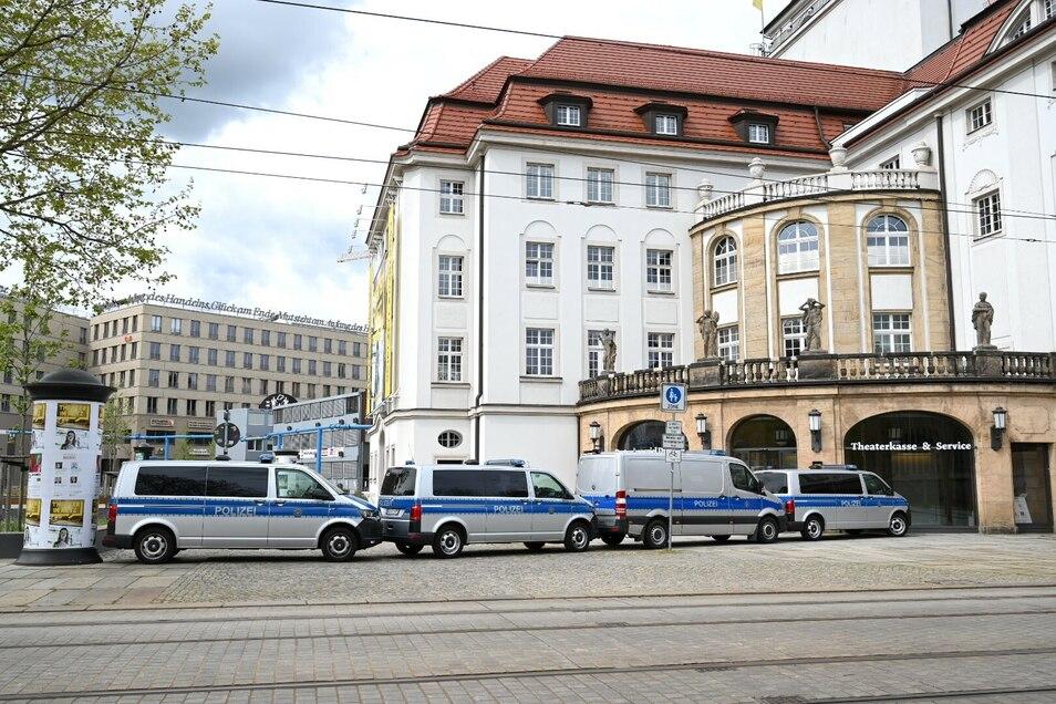 Auch am Postplatz sind zahlreiche Polizeifahrzeuge zu sehen.