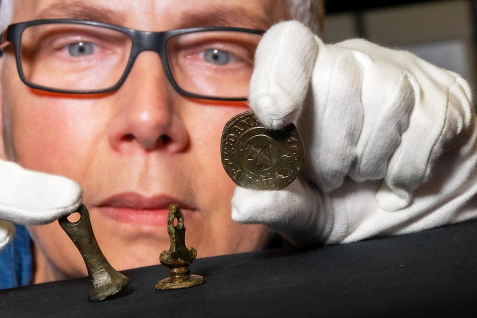 Dr. Christiane Hemker zeigt einige Funde, die Ronny Schott bei seinen Sondengängen gemacht und danach beim Landesamt für Archäologie in Dresden eingereicht hat.