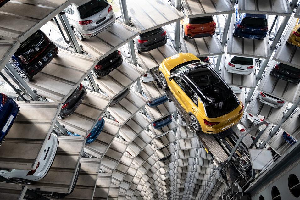 Ein Volkswagen T-Roc steht auf einer Hebebühne in einem Autoturm auf dem Werksgelände von Volkswagen in Wolfsburg. Die Nachfrage nach Autos ist in der Corona-Krise eingebrochen.