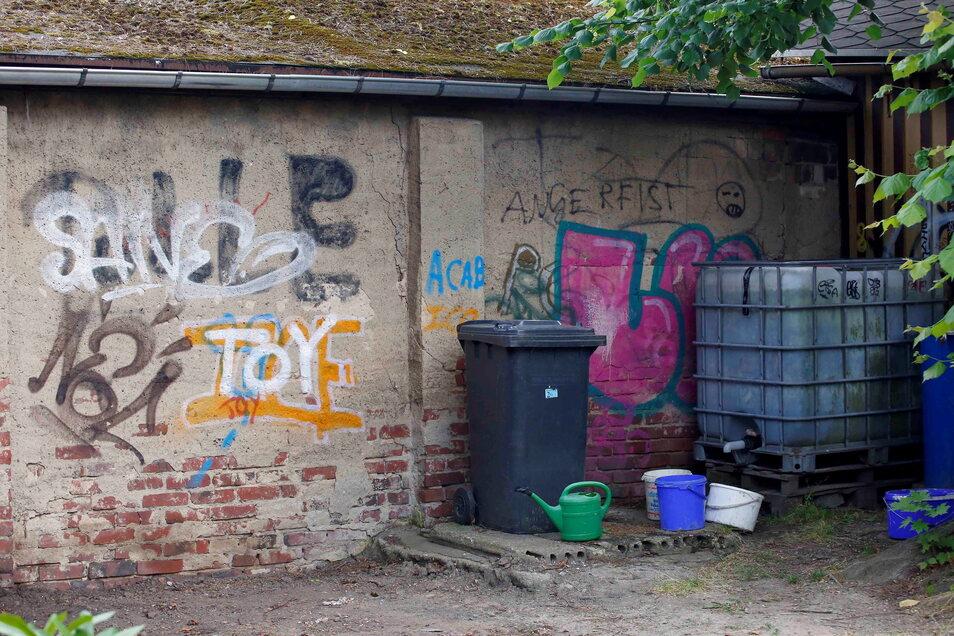 So sieht es noch an einem Teil der Mauer aus. Auch das kleine Gartenhäuschen war ähnlich beschmiert.