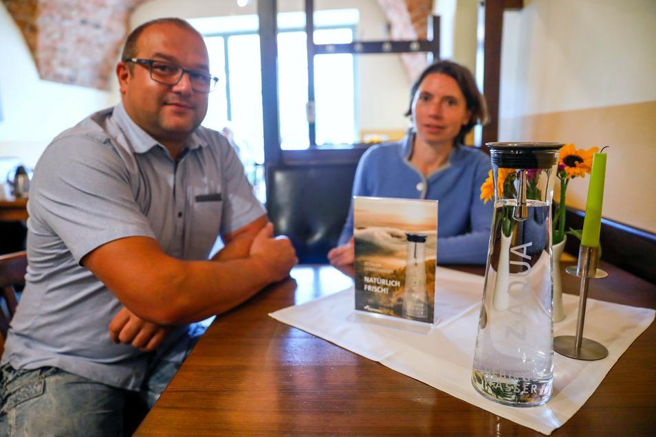 Sandra Tempel von den Stadtwerken hat heute die ersten Z-Aqua-Karaffen an Ronny Überschär, Inhaber des Zittauer Hofs und der Essbar auf der Zittauer Neustadt, übergeben