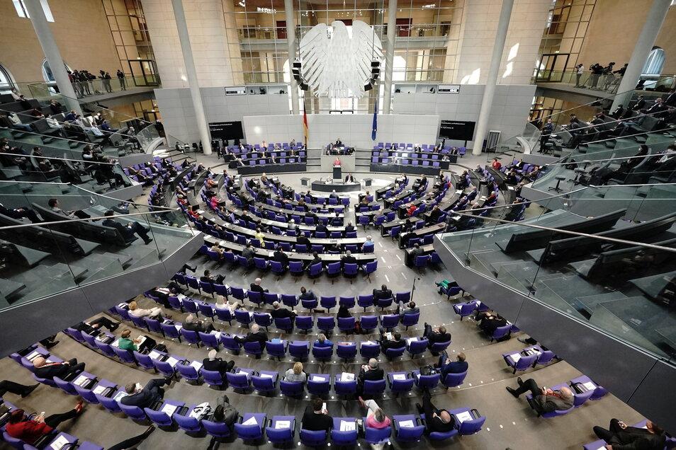 Die Abgeordneten sitzen während einer Debatte im Bundestag.