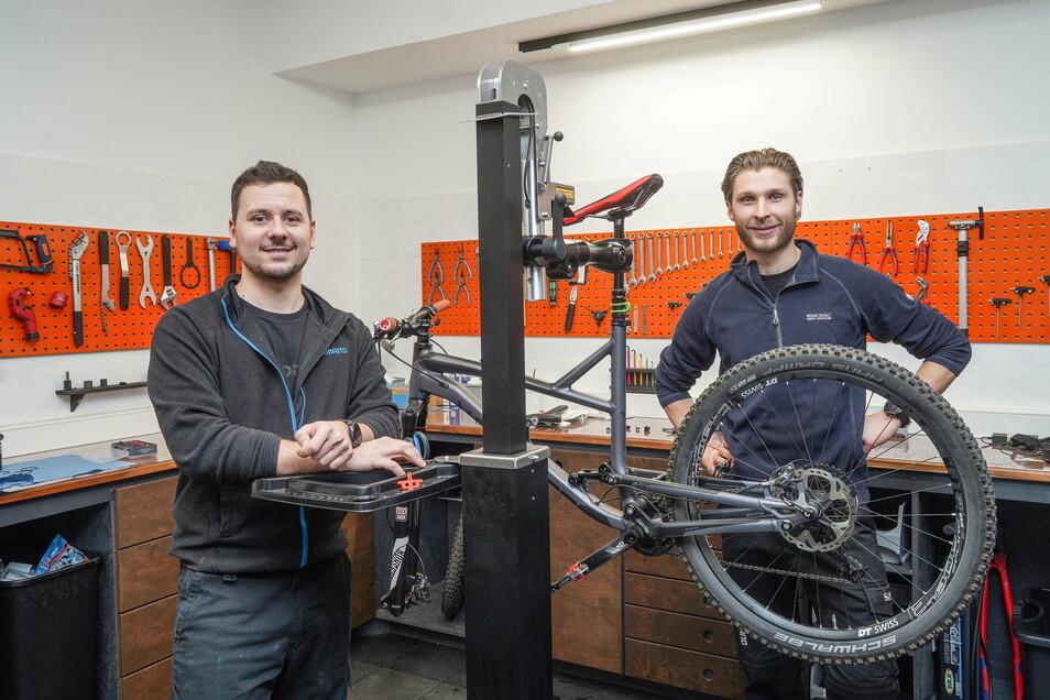 """Robert Heinze (links) und Max Noack haben in Bautzen die """"Räderei"""", ein Fahrradgeschäft mit Werkstatt, eröffnet. Mitten im Lockdown."""