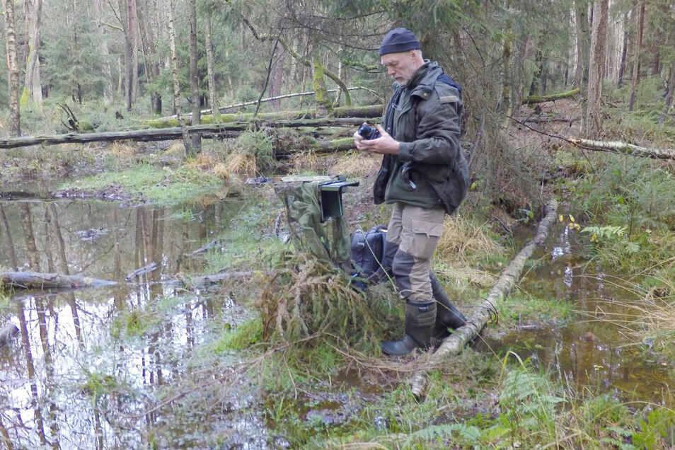 Der Tierfilmer Dr. Axel Gebauer unterwegs während der Dreharbeiten in der Lausitz.
