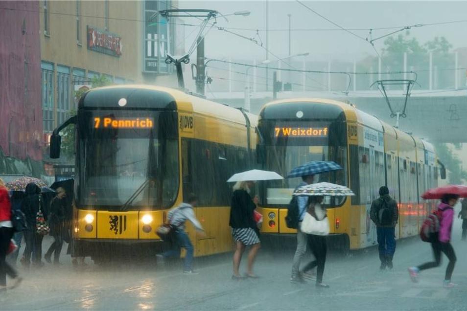 Durch das Wasser kam es in Dresden zu zahlreichen Umleitungen und Verspätungen im Netz der Verkehrsbetriebe.
