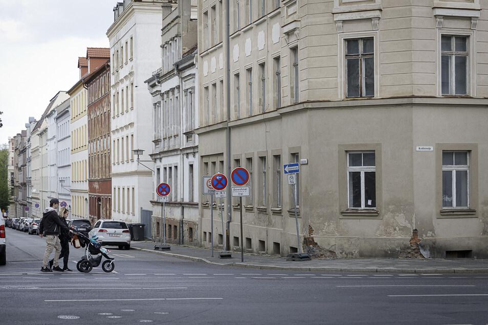 Die Gebäude Leipziger Straße 32 bis 35 und das angrenzende Haus Krölstraße 42 stehen zum Verkauf. Die vier Häuser sind unsaniert und stehen leer.