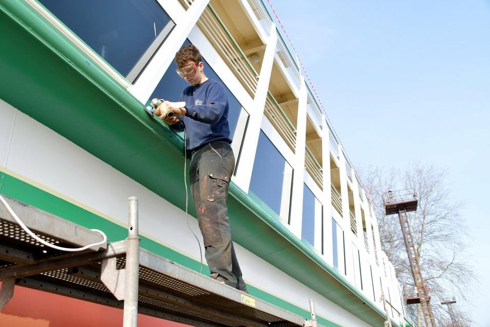 """Das Salonschiff """"August der Starke"""" ist noch in Laubegast. Werftmitarbeiter Philipp Seidel erledigt Schleifarbeiten."""