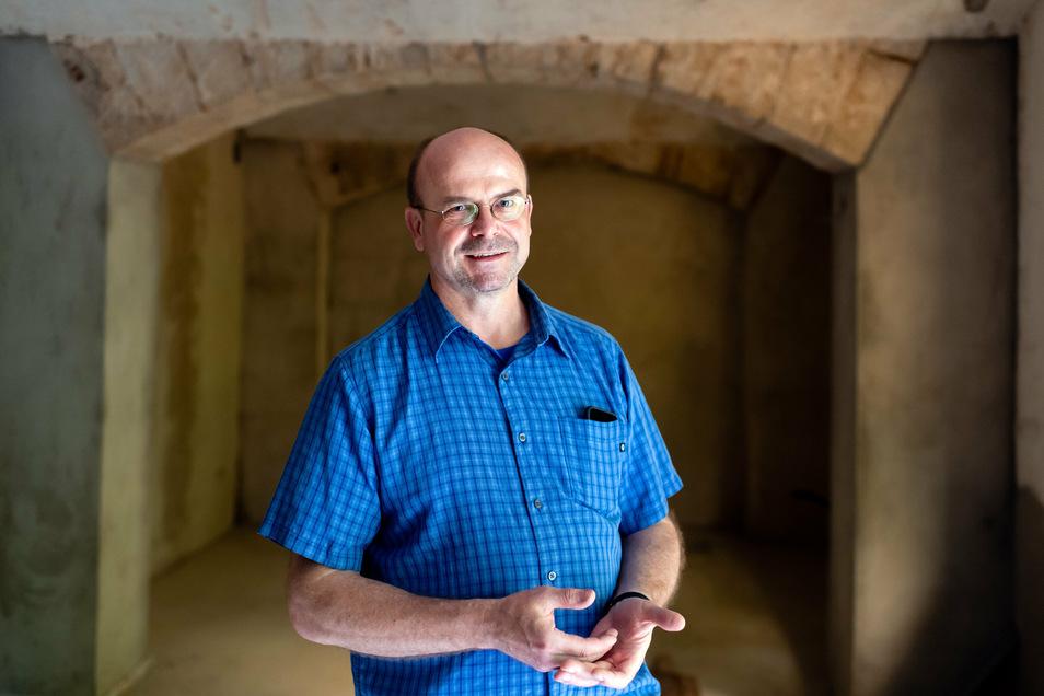 Michael Dora in seinem nächsten Projekt, im Keller. Zu Ferienheimzeiten befand sich hier eine Bar für Funktionäre.