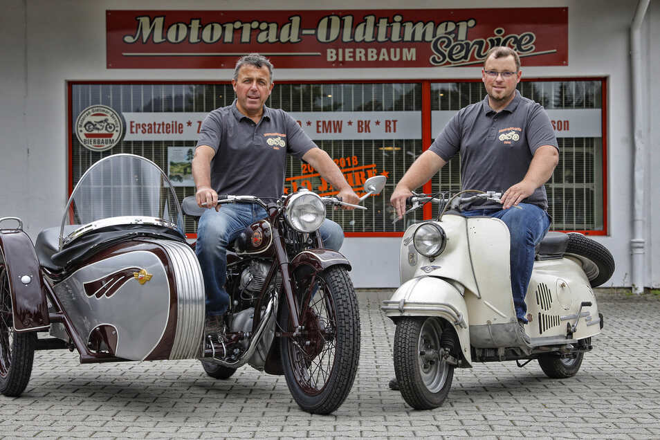 """Gerd Bierbaum und sein Sohn Markus (r.) mit zwei DDR-Zweiradlegenden: Einer Touren-Awo mit Beiwagen und der IWL-Roller """"Berlin""""."""