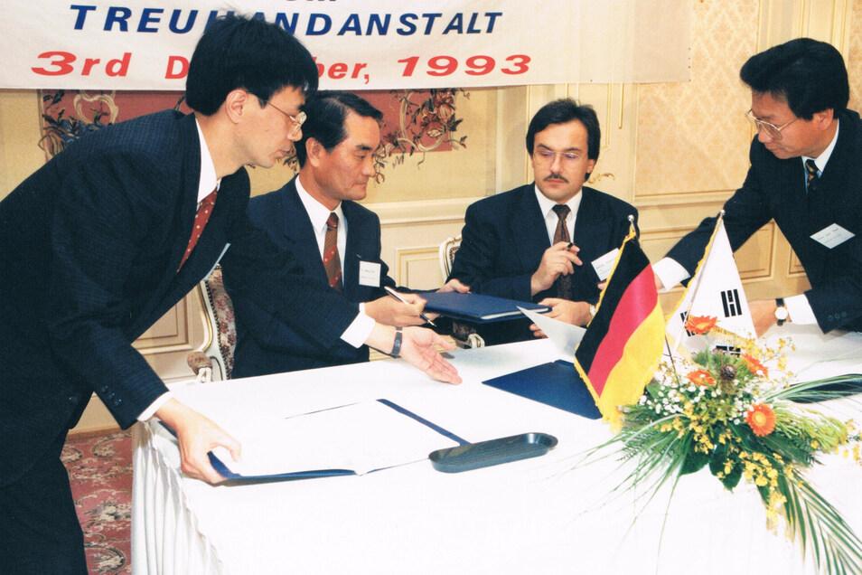 Detlef Scheunert im Jahr 1993 bei Verhandlungen mit Vertretern des Samsung-Konzerns.