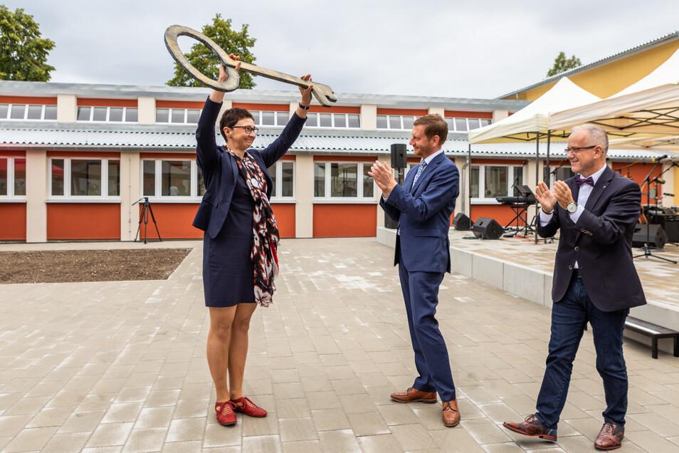 Schulleiterin Romy Stötzner mit dem symbolischen Schlüssel für die neue Oberschule. Sie bekam ihn von Ministerpräsident Michael Kretschmer und Oberbürgermeister Stefan Skora.