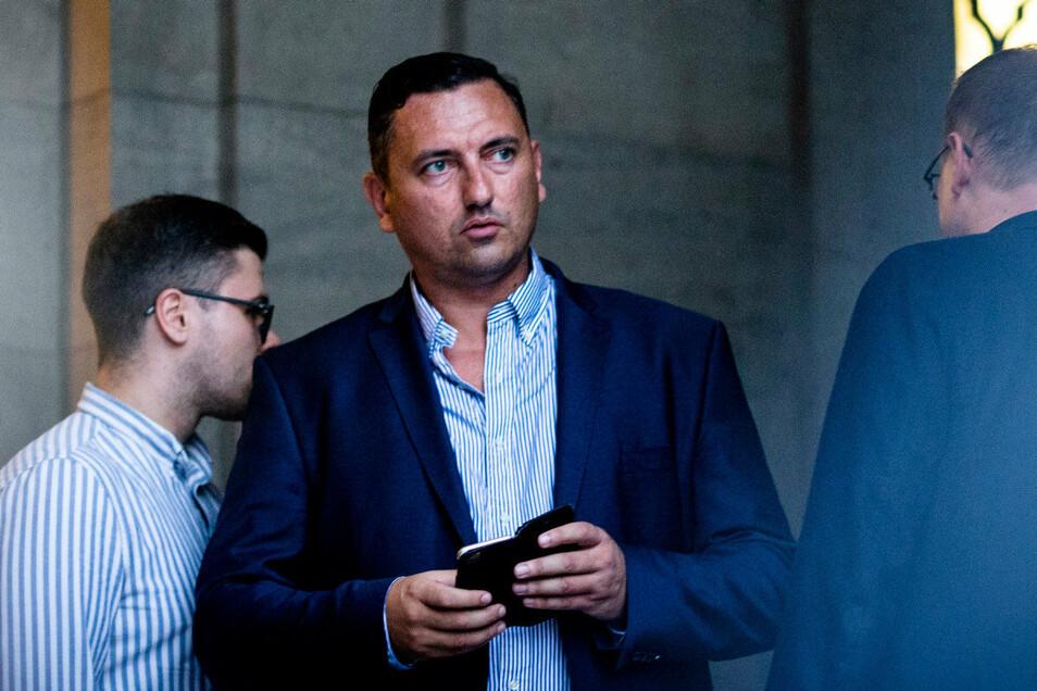 Dubravko Mandic (AfD) schaut zu einer antifaschistischen Kundgebung nach der sächischen Landtagswahl vor dem neuen Rathaus.